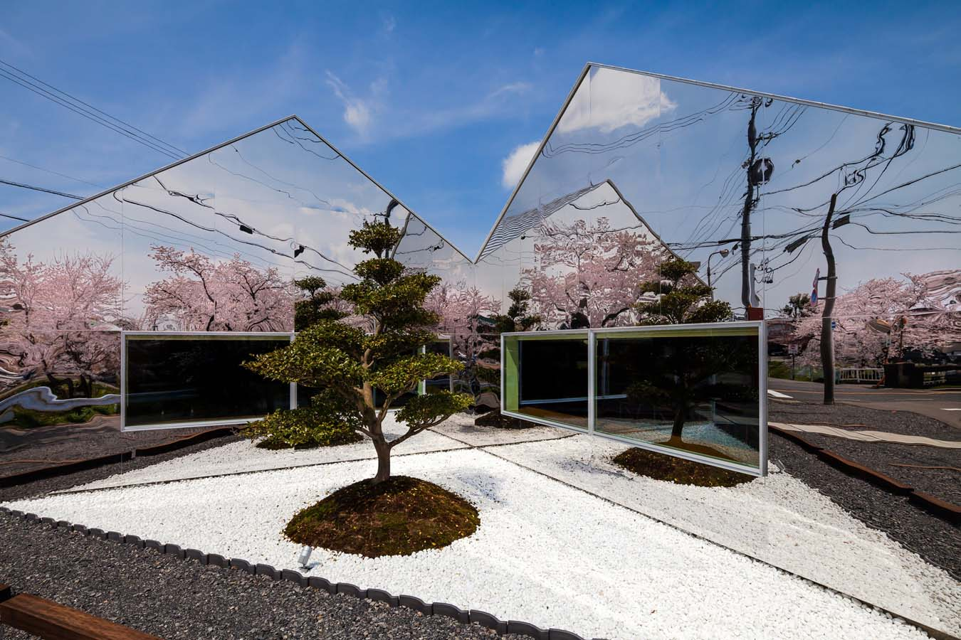 Mirrors Cafe, Japan